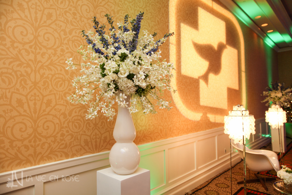 la-vie-en-rose-white-purple-green-hawaiian-orchid-arrangement-columns--pin-light-side-table-corporate-party-sandpearl-resort-clearwater-florida-