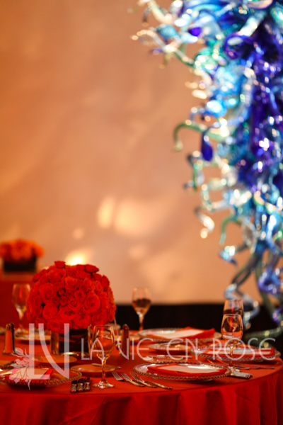 la-vie-en-rose-wedding-guest-table-red-blue-glass-floral-arrangement-chihuly-museum-st.pete-florida