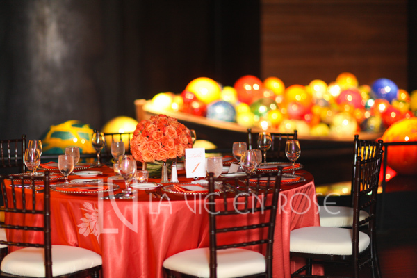 la-vie-en-rose-wedding-guest-table-red-blue-glass-coral-floral-arrangement-chihuly-museum-st.pete-florida