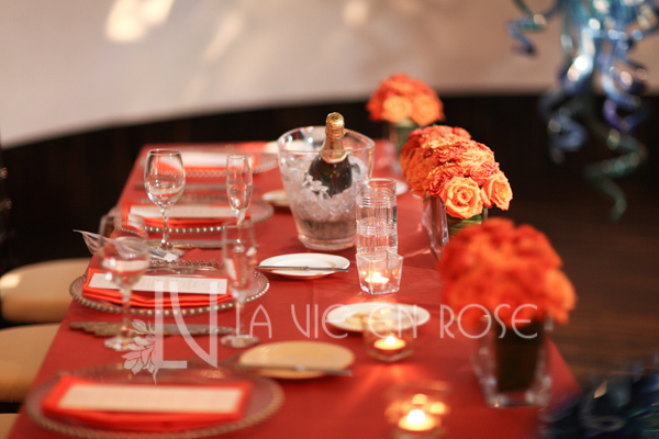la-vie-en-rose-wedding-sweetheart-table-red-blue-glass-coral-floral-arrangement-chihuly-museum-st.pete-florida