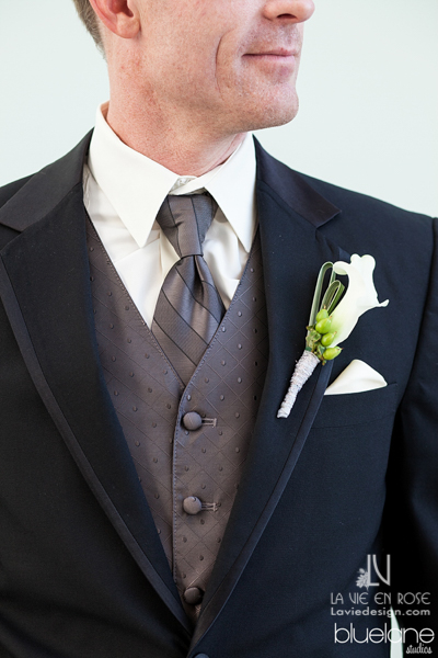 la-vie-en-rose-wedding-boutonniere-groom-white-calla-lily-hypericum